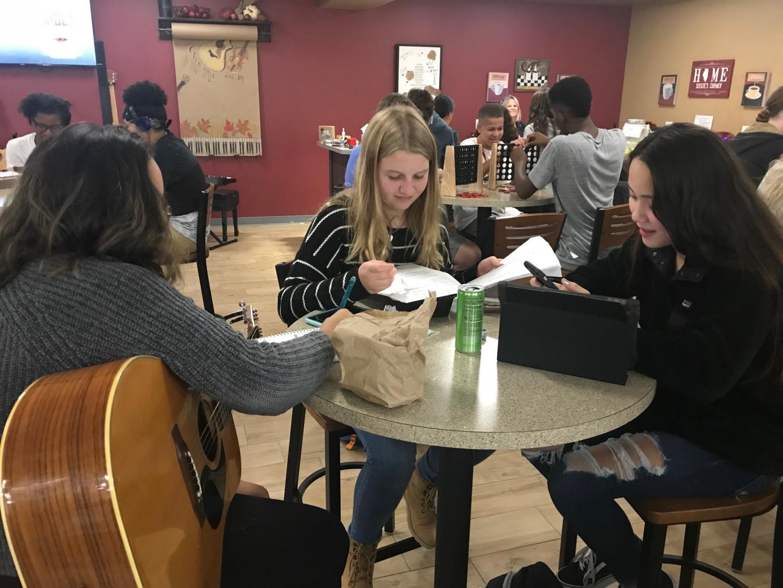 Arianna Olivares, Lea Steen, and Nina Mollin work together in Siegie's corner.